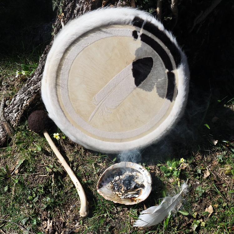 Foto von einer Räucherschale mit Salbei vor einer Trommel